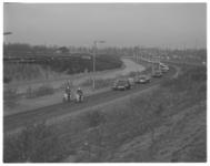 12153 Honderden taxi's volgen het stoffelijk overschot van vermoorde taxichauffeur J. Dijksman naar het crematorium aan ...