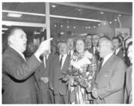 12156-1 Zangeres Vera Lynn met RET-zangkoor o.l.v dirigent Piet Struijk in Ommoord. Zij treden op in ...