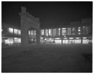 12226 Lijnbaanpoort (stond tot 1940 voor het Coolsingelziekenhuis) tussen winkels van Hunkemöller, boekenwinkel ...