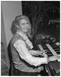 12238 Organiste mevrouw Schumann.