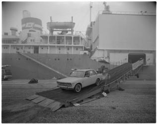 12246 Lossen van 3500 Japanse Datsuns bij Quick Dispatch aan de Prinses Beatrixhaven.