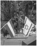 12377 Feest in de tuin van vredescafé Shimon Levy aan de Westersingel 27b. Op de voorgrond de Nederlandse en ...