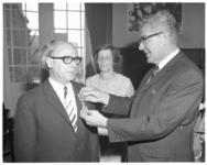 12378 Wethouder G.Z. de Vos (KVP) krijgt een koninklijke onderscheiding opgespeld door burgemeester Wim Thomassen.