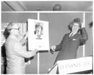 12386 CHU-politicus drs. B.J. Udink met pruik in een verkiezingscampagne, verzonnen door reclamemaker Han Snel. (Ridderkerk)
