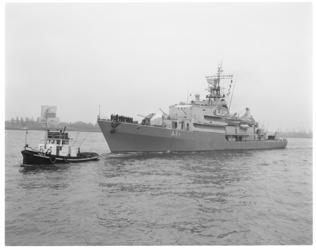 12390 Aankomst Duitse marine-opleidingschip Ruhr A64, hier op de Nieuwe Maas tegenover het Charloisse Hoofd.