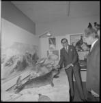 12392 Bezoek leden wijkraad aan de tentoonstelling 'Het landschap om de stad' in het Gereformeerd Jeugdhuis aan de ...