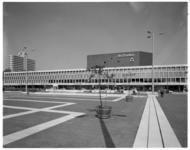 12432-1 Exterieur concertgebouw en congrescentrum De Doelen vanaf het Schouwburgplein, links achterin zichtbaar het ...