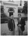 12485 De scheidende en nieuwe directeur van Centrum Kralingen (vroeger het Kralings Volkshuis) Tet Linden (links) en H. ...