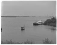 12497 Brielse Meer met op de achtergrond industrie Europoortgebied.