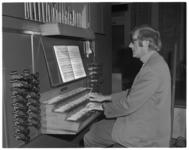 12533 Organist André Verwoerd achter het orgel van de Pauluskerk.