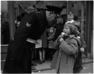 1259-2 Kinderen krijgen gratis ijs uitgereikt onder toeziend oog van oom agent.
