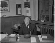 127 Chef van het bodepersoneel B. Jacobs achter zijn bureau in het Stadhuis.