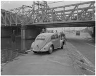 128 Verongelukte Volkswagen in berm Abraham van Stolkweg - Aelbrechtskade, langs de Delfshavense Schie nabij het ...