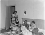 12816 Vaderdag 1972 met in bed fotograaf Ary Groeneveld.