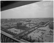12855 Overzicht vanaf Zuidpleinflat op winkelcentrum Zuidplein met metrostation, de Groote Schouwburg en in de verte ...