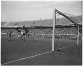 129 Spelmoment in het Feyenoordstadion tussen het elftal van Karlsruhe SC en het voorlopig Nederlands elftal.