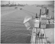 12903 Filmopnamen door cineast Pim Korver van containertesten op roll-on/roll-off steiger aan de Merwehaven. In de ...