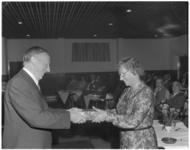 12921 Afscheid mevrouw F.T. Diemer-Lindeboom als gemeenteraadslid. Zij krijgt een cadeau overhandigd door H.J. van der ...