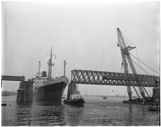 1302-3 Passage zeeschip Van Heemskerck door de opening in de Baanhoekbrug.