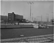 1306-1 Werkzaamheden aan de fontein op het Hofplein, op de achtergrond het Weena en het gebouw van de Ammanstichting.