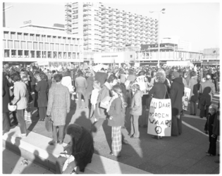 13160 Vietnamdemonstratie op het Schouwburgplein.