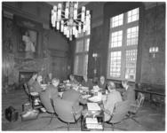 13210 Burgemeester Wim Thomassen en de wethouders in vergadering in stadhuis.