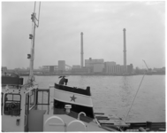 13257 Zicht op de vuilverbranding Brielselaan van de ROTEB vanaf de Maashaven.