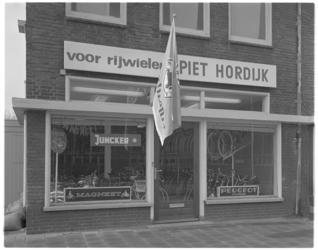13308 Piet Hordijk fietsenwinkel aan de Terbregseweg.