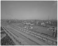 13322-1 Hoogvliet gezicht op wijken Oudeland (r.) en Nieuw Engeland met op de achtergrond de Shell-raffinaderij. ...
