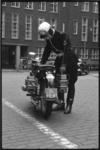 1335 Motoragent bij hoofdbureau Haagseveer- motor uitgerust met mobilofoon.
