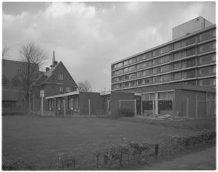 13394 Bejaardenhuis Huize Dorpsveld hoek Gruttostraat en Eksterstraat in de Vogelbuurt. Links het klokgebouw van de ...