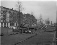 1341-1 Zwaar transport van een mast voor Havenvakschool vanaf de Feijenoordkade door transportonderneming Huisman.