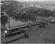 1341-2 Zwaar transport van een mast voor Havenvakschool bij de Nassauhaven door transportonderneming Huisman. Op de ...