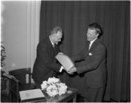 1345-1 Afscheid van de directeur van de gemeentelijke bibliotheek dr. F.K.H.Kossmann (l), met een cadeau, overhandigd ...