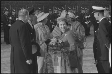 1346-3 Aankomst en ontvangst op de Parkkade van het Britse vorstenpaar koningin Elizabeth en prins Philip door ...