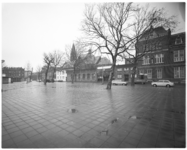 13563 Afrikaanderplein en Paul Krugerstraat en in het midden de Sint-Franciscuskerk (architect J. Magry).