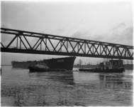 1359-1 De 20.000 ton metende supertanker Tahama gebouwd bij scheepswerf Verolme Heusden past net onder de brug bij ...
