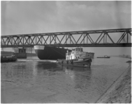 1359-2 De 20.000 ton metende supertanker Tahama gebouwd bij scheepswerf Verolme Heusden past net onder de brug bij ...
