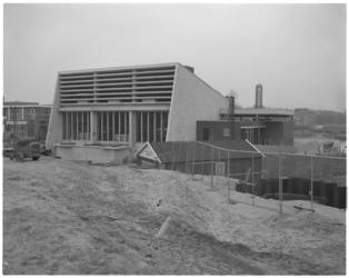 13638 Bouw nieuw gemaal voor het Hoogheemraadschap van Schieland aan het Oostplein. Op de achtergrond de toren van de ...