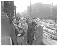 13667 Burgemeester en wethouders op het balkon van het stadhuis aan de Coolsingel. Van links naar rechts vooraan ...