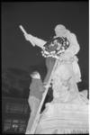 1368 Krans voor het beeld van Piet Heyn in Delfshaven in verband met zesjarig bestaan van clubhuis Piet Hein.