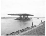 13690 Sleep eerste brugdeel nieuwe Moerdijkbrug over het Hollands Diep.