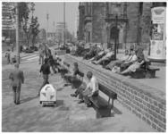 13709 Coolsingel nieuwe stijl richting Hofplein met straatmeubilair en een markante peperbus. (Dikke paal)