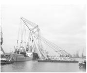 13715 Drijvende bokken Matador I en II aan het werk in de Prinses Beatrixhaven.