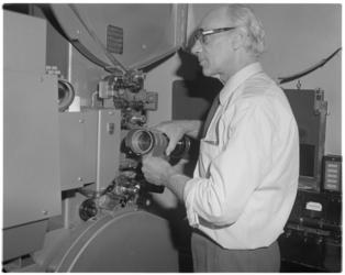 13722 Operateur H. van Ooyen van de bioscoop Cineac aan de Coolsingel.