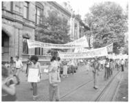 13742 Demonstratie van Surinamers voor gerechtsgebouw Noordsingel in verband met arrestatie van vier Surinamers op de ...