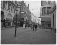 13787 Oude Binnenweg richting Binnenwegplein met links de Mauritsstraat en de stomerij van Palthe en rechts in het ...