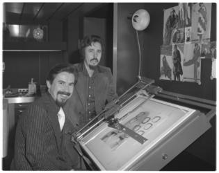 13794 Peter en Ben Akkerman aan tekentafel. Opticiens op de Weissenbruchlaan en Kruiskade.