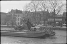 1390-2 Baggervaartuig in Zalmhaven met gezicht op de noordzijde van de Zalmhaven, o.a. het bedrijfspand van Linden ...