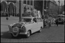 1418-1 Optocht van melkboeren op de Coolsingel met in de voorste wagen melkboer Chr. Kramer van de Rusthoflaan 29.
